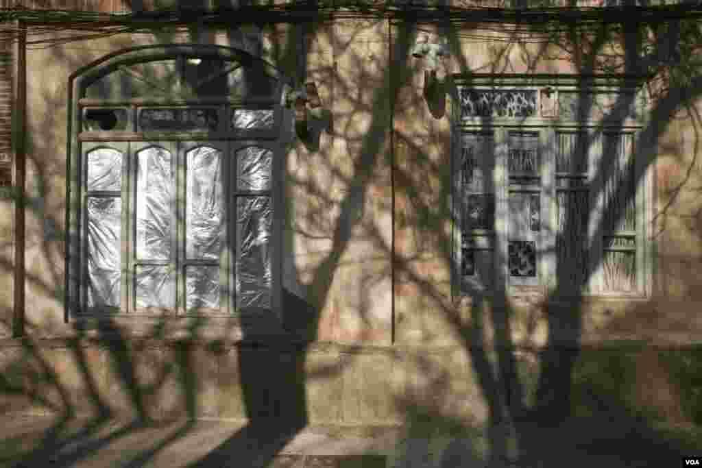 پنجره ها و سایه ها در بازار قدیم تبریز، عکس از مریم
