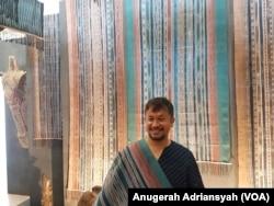 Torang Sitorus dan ulos Harungguan. (Foto: VOA/ Anugerah)