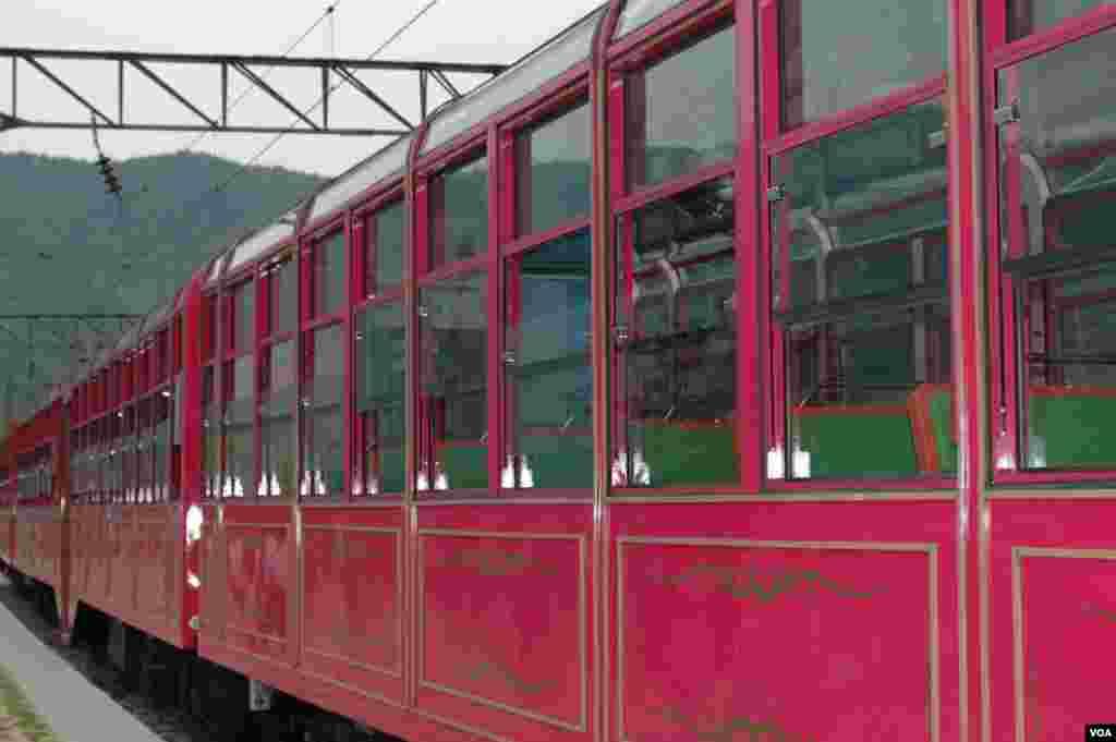 Kereta-V bergerak memiliki jendela besar untuk melihat pemandangan. Kereta api ini beroperasi tiga kali sehari selama 70 menit antara dua stasiun pedesaan yang berjarak 28 kilometer. (VOA/R. Kalden)