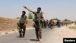 Một binh sĩ của Quân đội Quốc gia Afghanistan (ANA) ra hiệu khi đến quận Nad Ali thuộc tỉnh Helmand, miền nam Afghanistan, ngày 10/8/2016. (Ảnh tư liệu)
