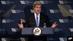 Menteri Luar Negeri AS John Kerry berbicara dalam acara kelompok kebijakan luar negeri perempuan di Washington (29/11). (AP/Susan Walsh)