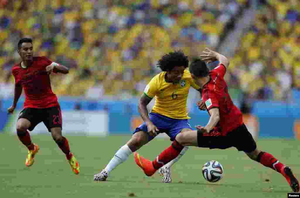 برازیل کی مارسیلو اور میکسیکو کے اگیولر گروپ اے کے مقابلے میں ایک دوسرے کے مدّ مقابل