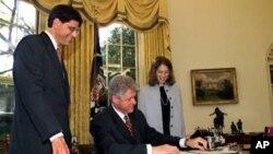 Sylvia Mathews Burwel (kanan) dan Direktur Anggaran Amerika, Jack Lew (paling kiri) mendampingi Presiden Clinton saat menandatangani anggaran sebesar $520 miliar di Gedung Putih, 21 Oktober 1998 (Foto: dok). Presiden Obama akan mengumumkan pencalonan Sylvia Mathews Burwel sebagai Direktur Kantor Pengelolaan dan Anggaran Amerika, hari ini (4/3).