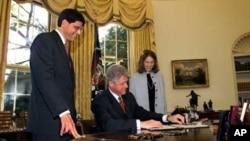 1998年10月21日,美国总统克林顿在总统办公室签署预算法案