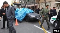 Petugas keamanan Iran berjaga di lokasi ledakan di sebuah universitas di Teheran yang menewaskan profesor pekerja program nuklir dan mencederai dua lainnya (11/1).