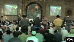 Molitva u Kelapa džamiji u Jakarti u Indoneziji