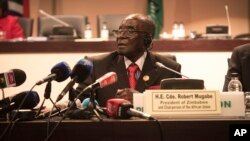 FILE: Zimbabwe president Robert Mugabe addresses delegates at the end of the 25th AU Summit in Johannesburg, June 15, 2015.
