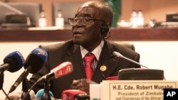 FILE: Zimbabwe president, and chair of the African Unity Summit, Robert Mugabe, addresses delegates at the end of the 25th AU Summit in Johannesburg, June 15, 2015.
