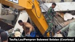 Evakuasi korban yang terjebak dibawah reruntuhan kantor Gubernur Sulawesi Barat di Mamuju. Jumat (15/1/2021). (Foto: Courtesy/Taufiq Lau/Pemprov Sulawesi Selatan)