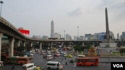 泰国曼谷,满街跑着日本车。(美国之音朱诺拍摄,2012年10月14日)