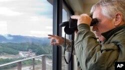 한국을 방문 중인 척 헤이글 미국 국방장관이 30일 비무장지대를 찾은 가운데, 인근에서 벌어진 화력 시범을 참관하고 있다.