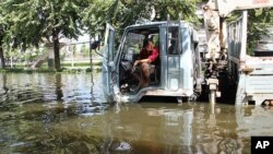 一辆向被困居民运送紧急物资的大卡车