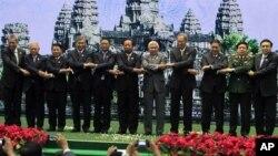 지난해 5월 캄보디아 프놈펜에서 열린 아세안 국방장관 회담에서 각 국 대표들이 기념촬영을 하고 있다.