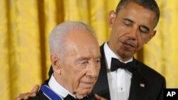 Барак Обама награждает Шимона Переса президентской Медалью Свободы, 2012 г.