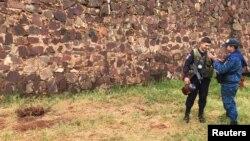 Dos guardas penitenciarios conversan a pocos metros de un hueco en el suelo por donde escapó una parte de 75 reos que se fugaron el pasado 19 de enero, con la cooperación de los guardias de la prisión. Foto REUTERS/Gabriel Stargardter.