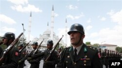 Турецькі солдати після церемонії похорону свого побратима, вбитого курдськими повстанцями