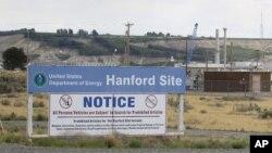 Un letrero informa a los visitantes de los artículos prohibidos en la Reserva Nuclear Hanford cerca de Richland, Wash.
