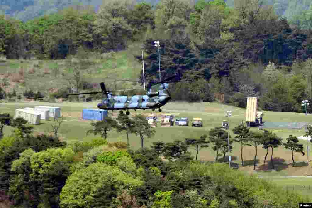 """2017年4月26日,韩国星州郡的一部萨德系统拦截导弹发射器(右)。 9月6日,韩国国防部表示, 为了应对朝鲜核导挑衅导致的严峻局势,有待部署的4辆""""萨德""""发射车及有关设备将在星期四临时部署在庆尚北道星州的驻韩美军萨德基地。中国外交部发言人耿爽说,中国""""强烈敦促美国和韩国立即停止有关部署进程,撤除相关设备""""。 美国2017年开始在韩国部署萨德,以抵御朝鲜可能在朝鲜半岛上发动的攻击。美国在关岛也安装了一套萨德反导系统。"""