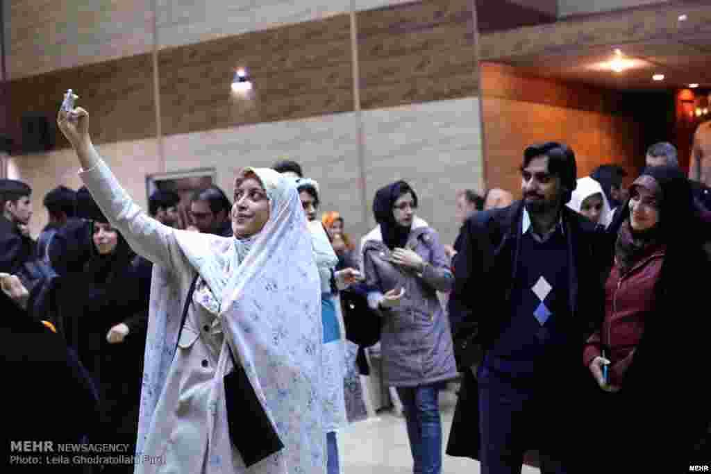 سلفی با عروس و داماد دانشجو در دانشگاه امیرکبیر تهران جشن ازدواج دانشجویی ۱۴۰ زوج دانشجو که یک زوج هم از یمن بودند، برگزار شد. عکس: لیلا قدرت الهی فرد