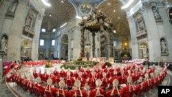 Kardinali prisustvuju misi u Vatikanu, 12. marta 2013.