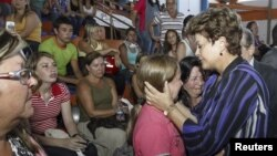 Brazil's President Dilma Rousseff (R) consoles relatives of victims of a fire at the Boate Kiss nightclub in the southern city of Santa Maria, January 27, 2013.