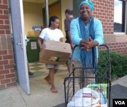 """Maimuna senang bisa mendapat bahan makanan gratis bantuan dari program """"Herndon Without Hunger""""."""