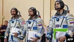 Російський космонавт Антон Шкаплєров (в центрі) та Анатолій Іванішін (праворуч) та американський астронавт Деніель Бурбанк після завершення екзаменів у Зоряному Містечку.