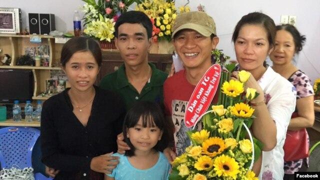 Nhạc sĩ Việt Khang trở về trong vòng tay của người thân và bạn bè (Facebook: Do Tung).