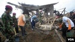 Tim penyelamat dan anggota militer menguburkan ternak sapi yang mati akibat letusan Merapi.