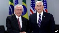 Tổng thống Brazil Michel Temer (trái) chào đón Phó Tổng thống Mỹ Mike Pence tại Dinh Planalto, thành phố Brasilia, ngày 26/6/2018.