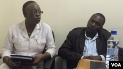 Jestina Mukoko (L), the head of Zimbabwe Peace Project, a civic organization that documents cases of human rights abuses, addresses journalists in Harare March 13, 2015. (Sebastian Mhofu/VOA)