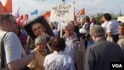 2012年5月的莫斯科反政府集會中,一名示威者手舉霍多爾科夫斯基頭像表達對他的支持。(美國之音白樺攝)