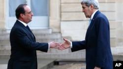 法国总统奥朗德在爱丽舍宫欢迎美国国务卿克里(2015年11月17日)