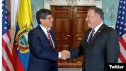 El secretario de Estado de EE.UU., Mike Pompeo, da la bienvenida al canciller de Ecuador José Valencia en Washington el 26 de noviembre de 2018.