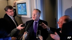 Sean Spicer, avec la presse à bord de l'avion présidentiel Air Force One, Philadelphie, le 26 janvier 2017. (AP Photo/Pablo Martinez Monsivais)