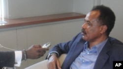 Eritrea President Isaias Afewerki (r) being Interviewed by VOA`s Peter Clottey (r) in New York