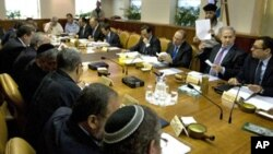 Israeli Prime Minister Benjamin Netanyahu (second from right) at the weekly cabinet meeting in his Jerusalem office, 24 October 2010
