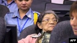 Các chuyên gia bệnh tâm thần nói bà Ieng Thirith (giữa), cựu bộ trưởng xã hội Khmer Đỏ, có vấn đề sức khỏe nghiêm trọng không thể ra hầu tòa