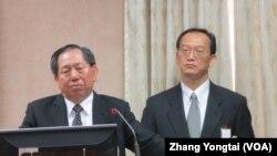 台湾国安局长蔡得胜(左一)星期一在立法院接受质询(美国之音张永泰拍摄)