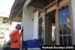 Khaeruddin di depan rumahnya yang rusak di Pemenang, Lombok Utara, 10 Agustus 2018. Dia bekerja sebagai tukang bangunan di Gili Trawangan dan sekarang menganggur. (Foto:Nurhadi Sucahyo)
