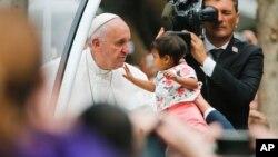 Papa u Filadelfiji pred misu blagoslovi decu prisutnih gradjana. 27. septembar, 2015.