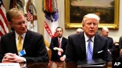 Tổng thống Donald Trump gặp gỡ các nhà lãnh đạo doanh nghiệp tại Toà Bạch Ốc ở Washington, 23/1/2017.