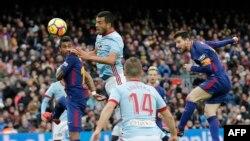 L'attaquant argentin de Barcelone Lionel Messi du FC Barcelone, à droite, joue la balle de la tête contre le RC Celta de Vigo au stade Camp Nou de Barcelone le 2 décembre 2017.