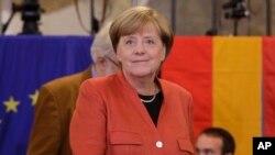 លោកស្រី Angela Merkel អធិការបតីអាល្លឺម៉ង់ បានមកចូលរួមបោះឆ្នោតកាលពីថ្ងៃអាទិត្យ នៅទីក្រុងប៊ែឡាំង។ លោកស្រីបានជាប់ឆ្នោតជាអធិការបតីអាល្លឺម៉ង់ក្នុងអាណត្តិទី៤របស់លោកស្រី។