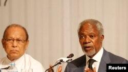 Kofi Annan (kanan), Ketua Komisi Penasihat Rakhine memberikan keterangan pers di Yangon, Myanmar mengenai situasi di Rakhine (24/8).