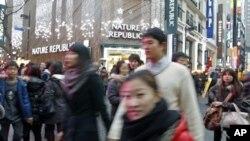 首尔市中心的人们行色匆匆(资料照片)