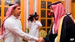 Sin Džamala Kašogija Salah rukuje se sa saudijskim prestolonaslednikom princom Muhamedom bin Salmanom, 23. oktobra u Rijadu (Foto: AP/Saudijska novinska agencija )