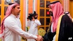 Salah bin Jamal Khashoggi (kiri) berjabat tangan dengan Putra Mahkota Saudi Mohammed bin Salman di Riyadh, Saudi Arabia, Selasa (23/10).