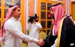 Princ]ipe herdeiro Mohammed bin Salman (direita) cumprimenta Salah Khashoggi, filho do jornalista Jamal Khashoggi, em Riad, 23 de Outubro, 2018.