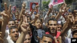 Anti-government protesters shout slogans during a demonstration demanding the ouster of Yemen's President Ali Abdullah Saleh, in the southern city of Taiz April 12, 2011